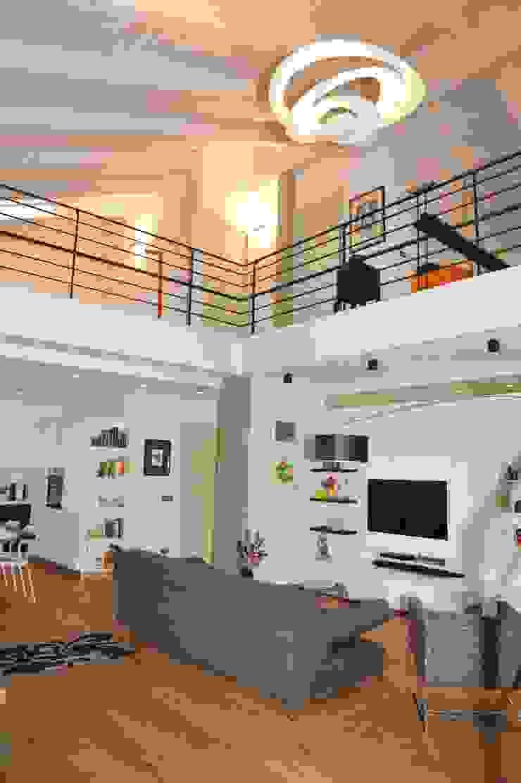 Soggiorno Living _ Soppalco Case moderne di ENRICO MARCHIARO _ eMsign Studio _ Architettura_Interior Design Moderno