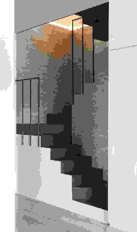scala Ingresso, Corridoio & Scale in stile eclettico di Plastudio Eclettico