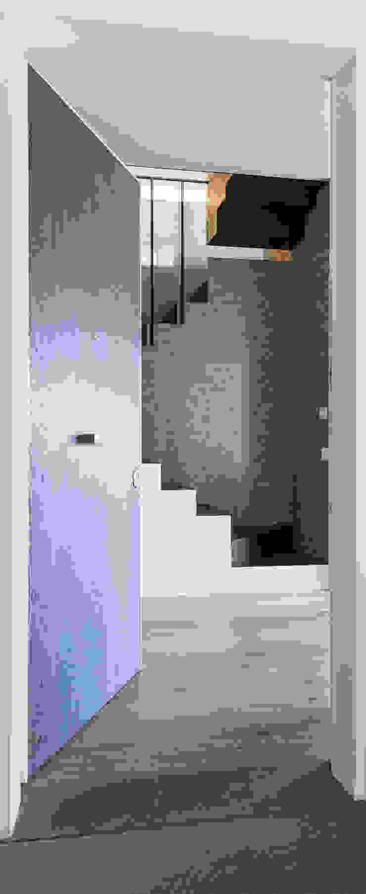 ingresso Ingresso, Corridoio & Scale in stile eclettico di Plastudio Eclettico