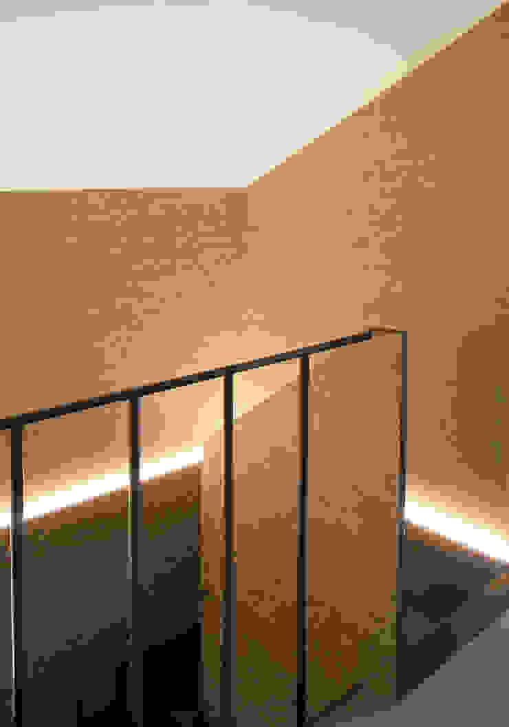 scala dettaglio arrivo Ingresso, Corridoio & Scale in stile eclettico di Plastudio Eclettico