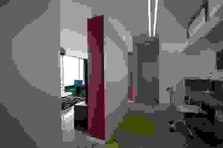 HANDE KOKSAL INTERIORS Pasillos, vestíbulos y escaleras modernos