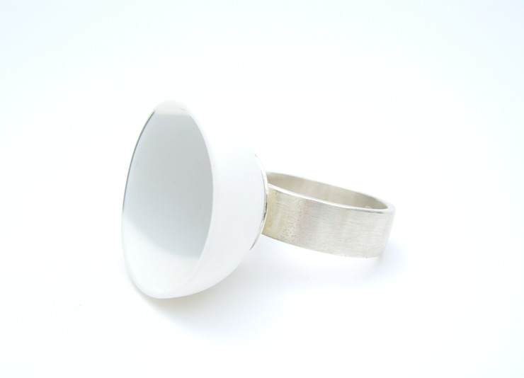 porselein - zilver ring van Margot Thyssen Ceramics & Design