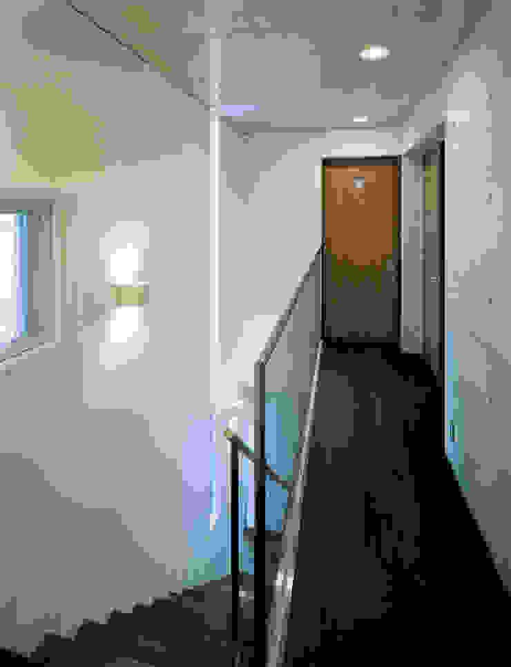 下町のコンクリートCUBE モダンスタイルの 玄関&廊下&階段 の atelier m モダン