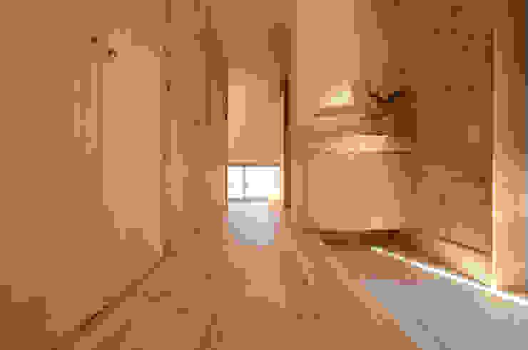 玄関: ARTBOX建築工房一級建築士事務所が手掛けた現代のです。,モダン 木 木目調