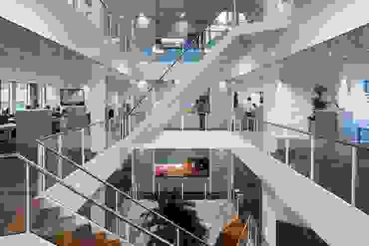Atradius: modern  door OeverZaaijer architectuur en stedebouw, Modern