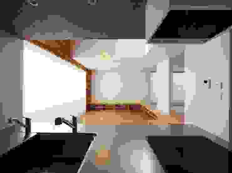 キッチンスペース の イシウエヨシヒロ建築設計事務所 YIA モダン 木 木目調