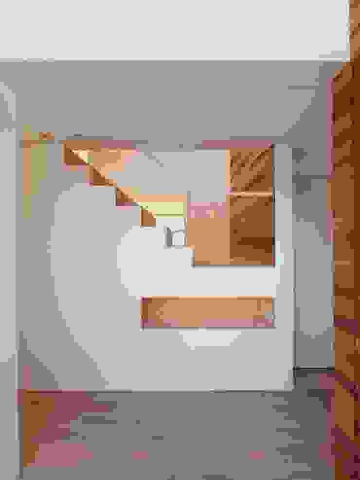 玄関 モダンスタイルの 玄関&廊下&階段 の イシウエヨシヒロ建築設計事務所 YIA モダン 木 木目調