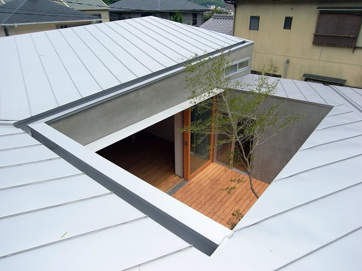 Spiral Roof Varandas, marquises e terraços ecléticos por 諸江一紀建築設計事務所 Eclético