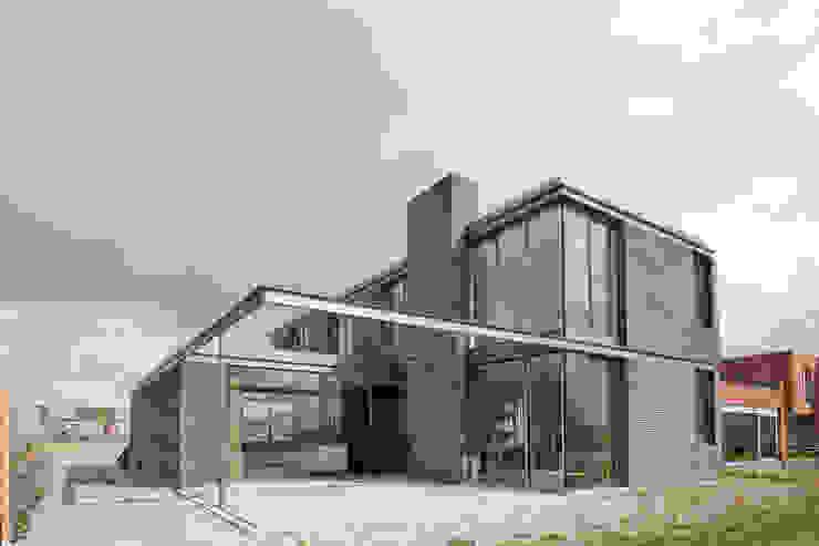 huis IHKB2 Moderne huizen van MIR architecten Modern