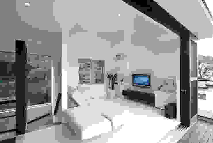 眺望と森をリビングで感じる家: ラブデザインホームズ/LOVE DESIGN HOMESが手掛けたリビングです。,オリジナル