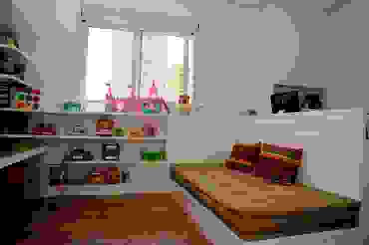 Apartamento Alto de Pinheiros (villa lobos): 450m2: Quarto de crianças  por Viviane Dinamarco Design de Interiores