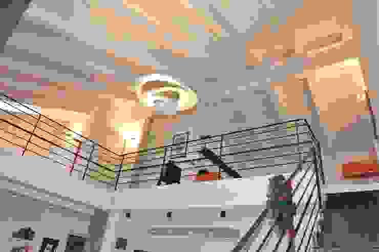 TRAVI A VISTA E PERLINATURA BIANCO PANNA Case moderne di ENRICO MARCHIARO _ eMsign Studio _ Architettura_Interior Design Moderno