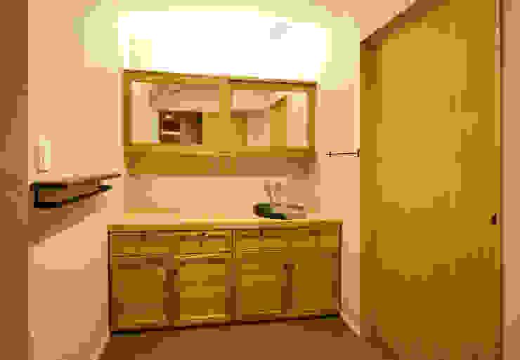Powder Room: 一級建築士事務所 Kenso Architectsが手掛けた浴室です。,オリジナル