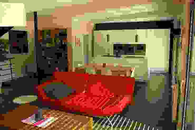 Le séjour vers la cuisine et le cellier Maisons modernes par Atelier d'Architecture Marc Lafagne, architecte dplg Moderne