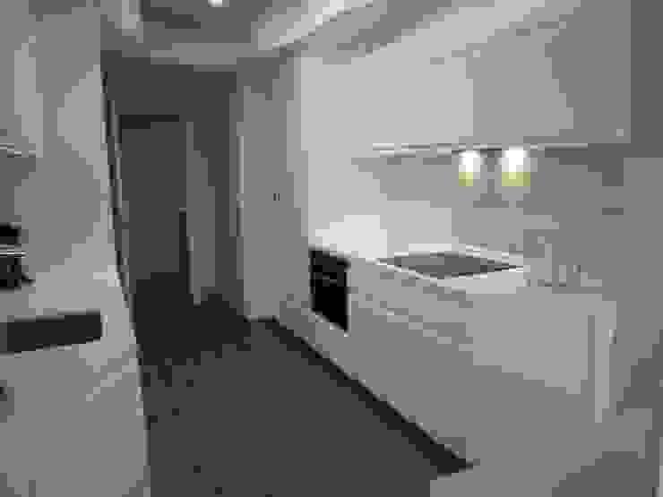 Cocina de un apartamento privado Cocinas de estilo moderno de Arquitectos Fin Moderno