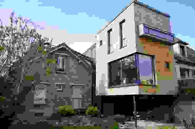 L'extension coté jardin, montée sur pilotis Maisons modernes par Atelier d'Architecture Marc Lafagne, architecte dplg Moderne
