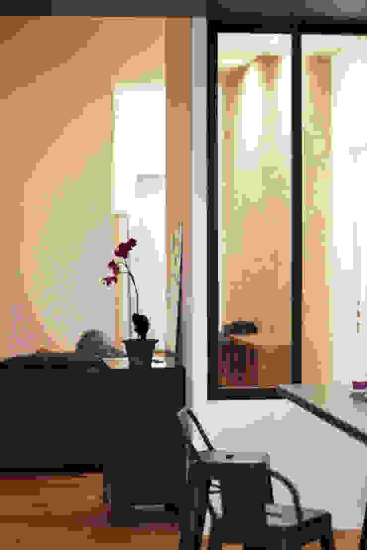 Appartement BRNT Couloir, entrée, escaliers modernes par BIENSÜR Architecture Moderne