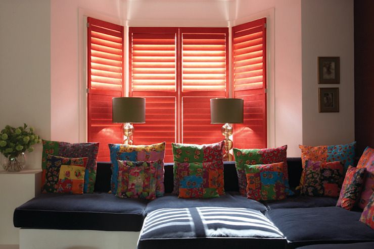 Living room shutters por The New England Shutter Company