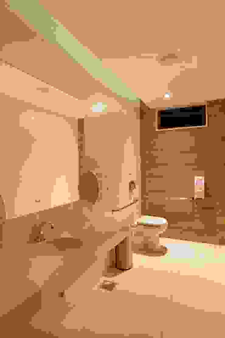 Panamera Bistrô – Banheiros PNE Espaços gastronômicos modernos por DG Arquitetura + Design Moderno