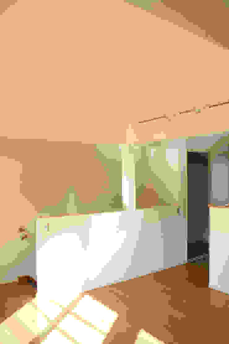 中庭のある集合住宅: 松田建築設計事務所が手掛けた現代のです。,モダン