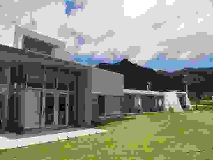 外観前面を見る モダンな 家 の 一級建築士事務所ATELIER-LOCUS モダン