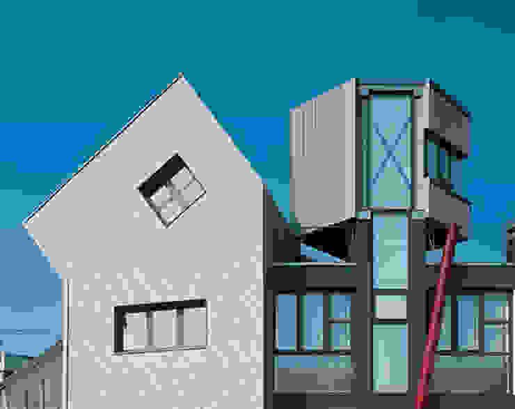 pareti ventilate in zinco titanio Case moderne di RoccAtelier Associati Moderno Alluminio / Zinco