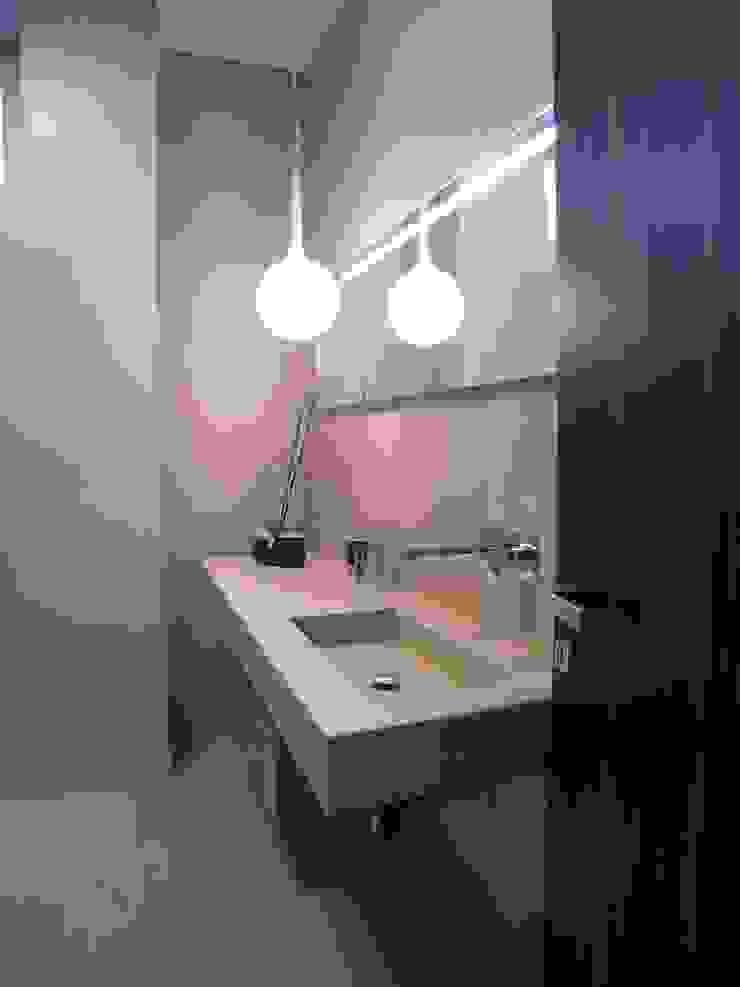 Baños de estilo moderno de Alfonso D'errico Architetto Moderno