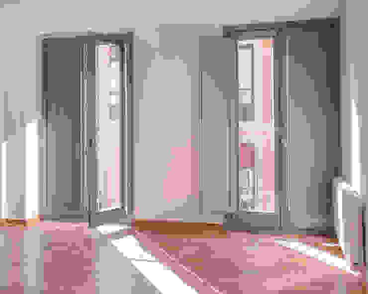 EDIFICIO DE VIVIENDAS + BAJO COMERCIAL Puertas y ventanas de estilo moderno de arquitectura SEN MÁIS Moderno