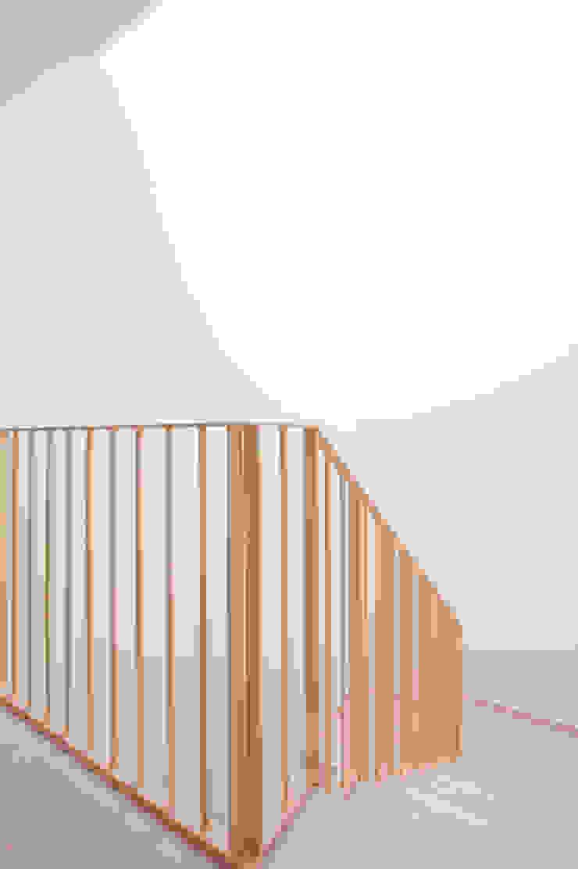 EDIFICIO DE VIVIENDAS + BAJO COMERCIAL Pasillos, vestíbulos y escaleras de estilo moderno de arquitectura SEN MÁIS Moderno