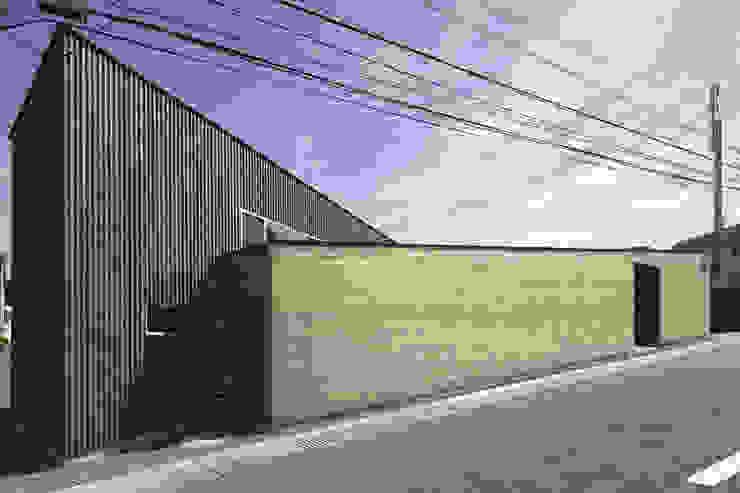 地形に寄り添う家 モダンな 家 の 一級建築士事務所ROOTE モダン