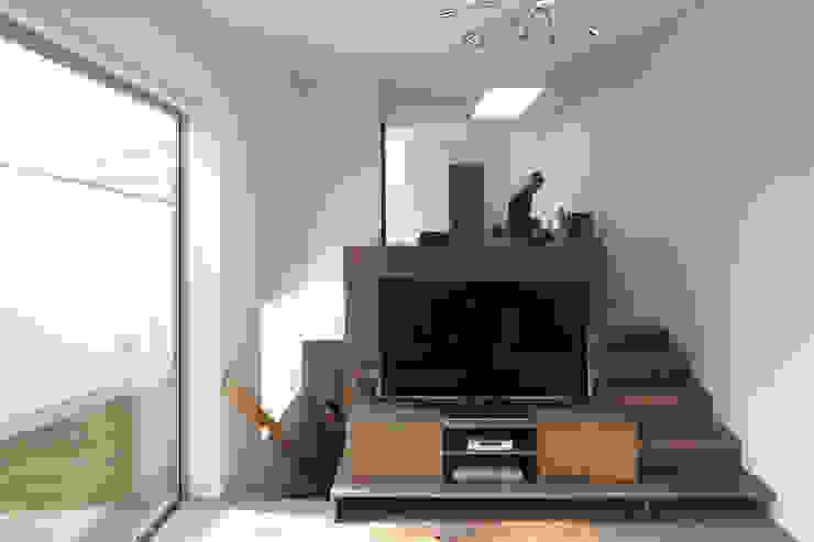 地形に寄り添う家 モダンデザインの リビング の 一級建築士事務所ROOTE モダン