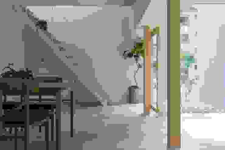 Kusatsu House モダンスタイルの 玄関&廊下&階段 の ALTS DESIGN OFFICE モダン