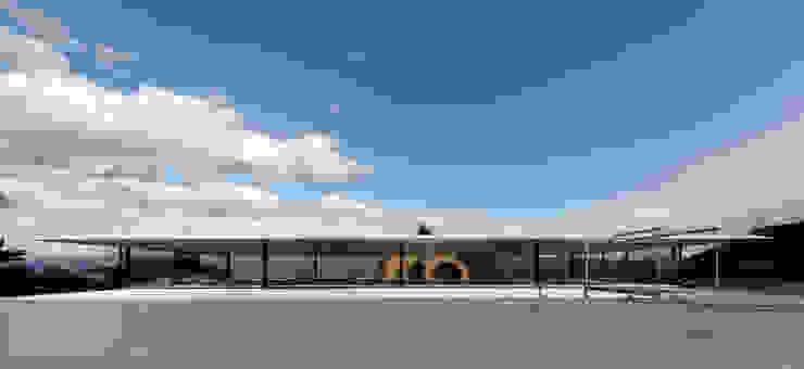 特徴的な屋根と背後の山並みとの対比 ミニマルな 家 の TNdesign一級建築士事務所 ミニマル