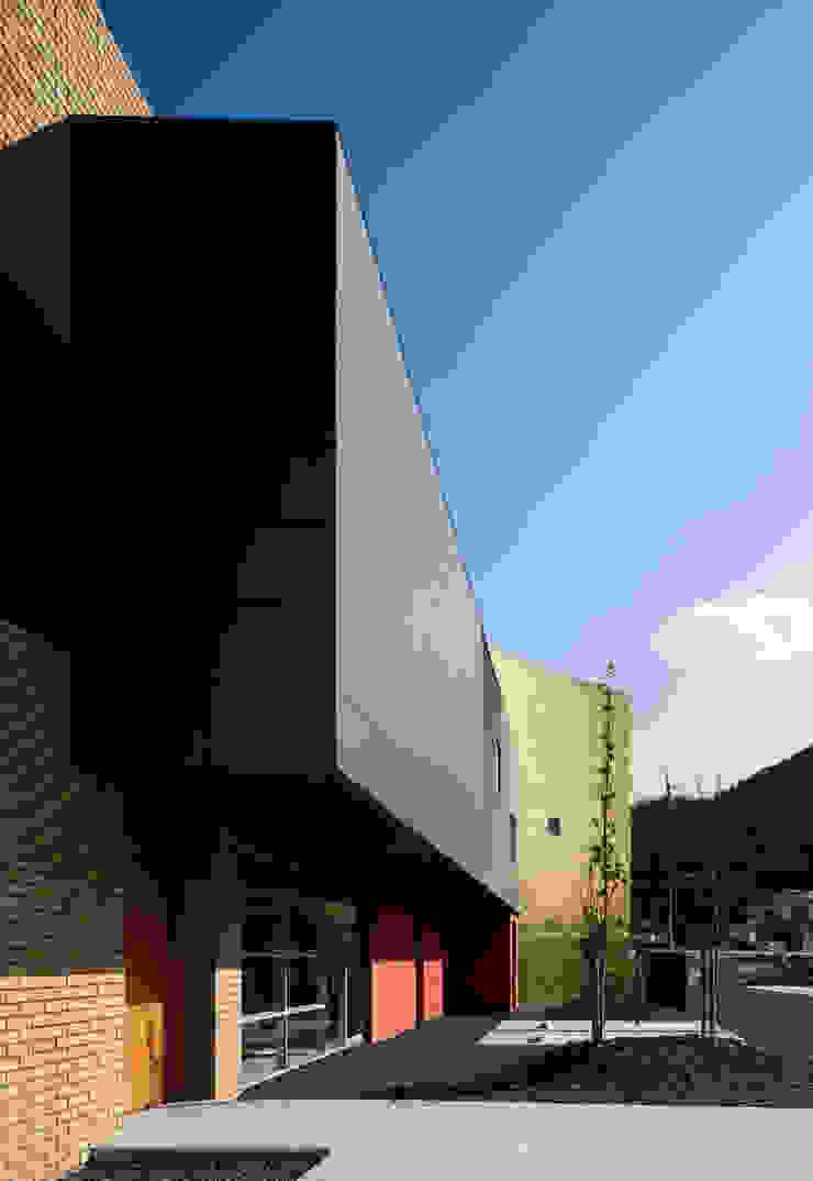 Entrance of the clinic: 北脇一郎建築設計事務所/Ichiro Kitawaki architectsが手掛けた現代のです。,モダン