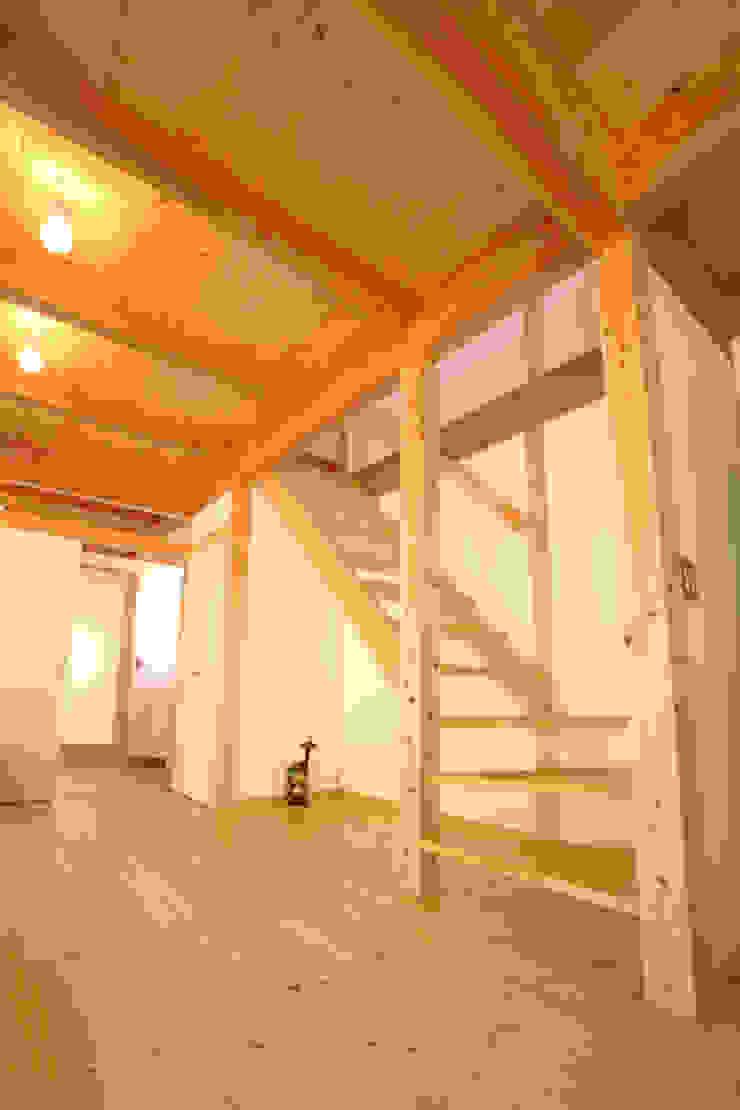 ストリップ階段 ミニマルスタイルの 玄関&廊下&階段 の 三宅和彦/ミヤケ設計事務所 ミニマル