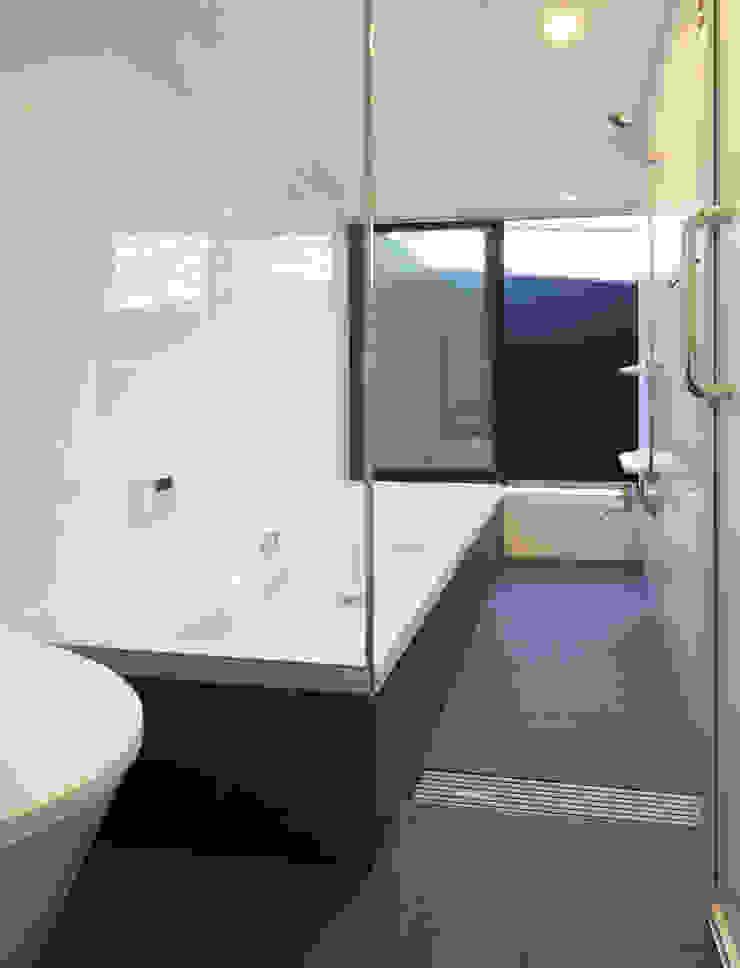 さんかくテラスの家 モダンスタイルの お風呂 の 株式会社Fit建築設計事務所 モダン 石