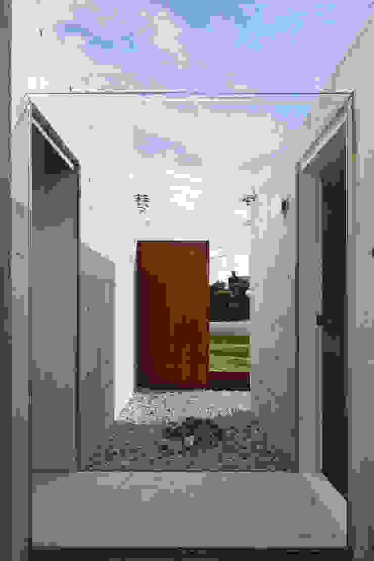 ガラスの回廊と石庭 ミニマルな 家 の TNdesign一級建築士事務所 ミニマル
