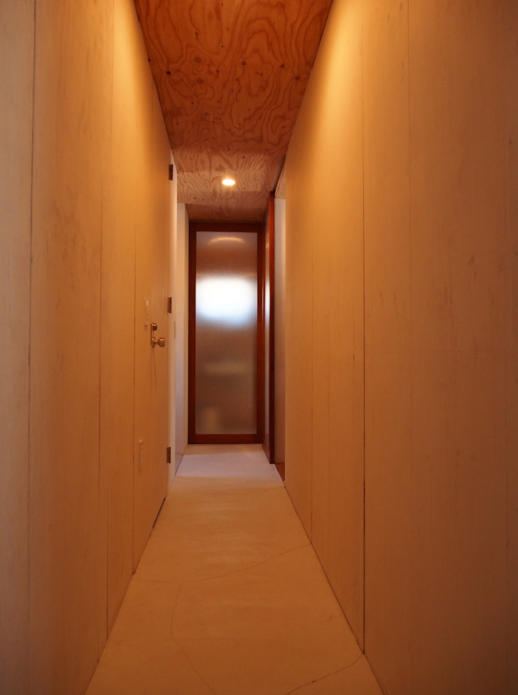 Modern Corridor, Hallway and Staircase by 神子島肇建築設計事務所 Modern
