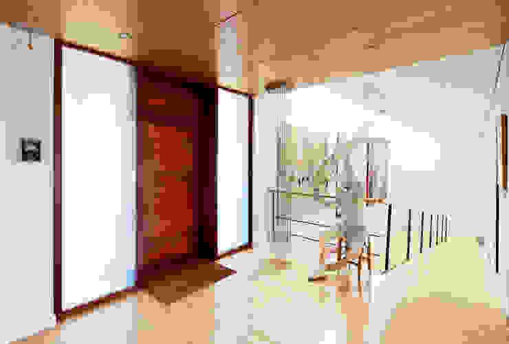 Moderne gangen, hallen & trappenhuizen van Hoz Fontan Arquitectos Modern
