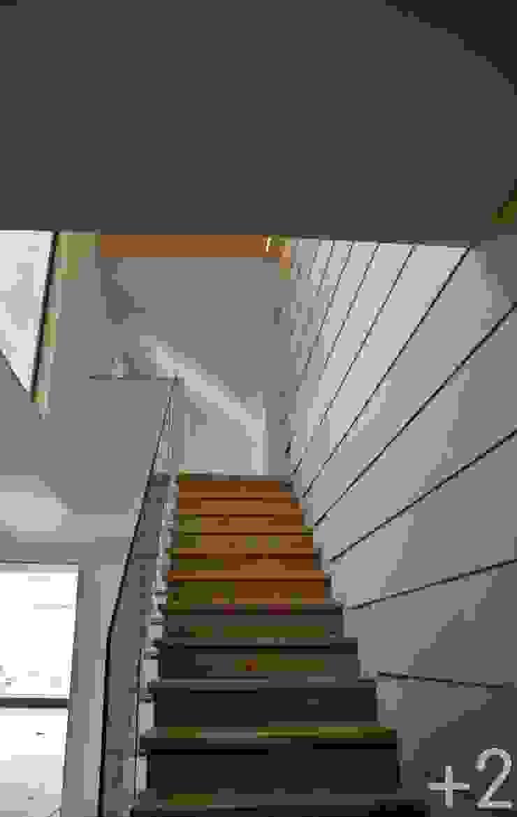 #unifamiliarVALDEMORILLO Pasillos, vestíbulos y escaleras de estilo moderno de +2 Moderno
