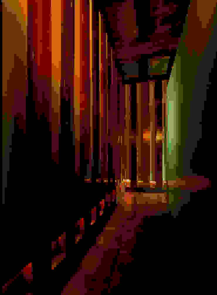 バスルームの箱の前の通路: O設計室が手掛けたクラシックです。,クラシック