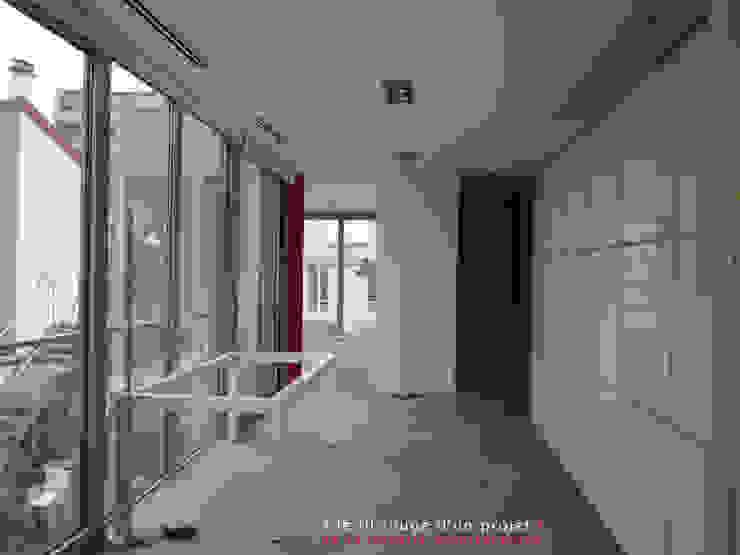 L'immatériel Couloir, entrée, escaliers modernes par dE LAURENTIIS Architectures, le fil rouge d'un projet ! Moderne