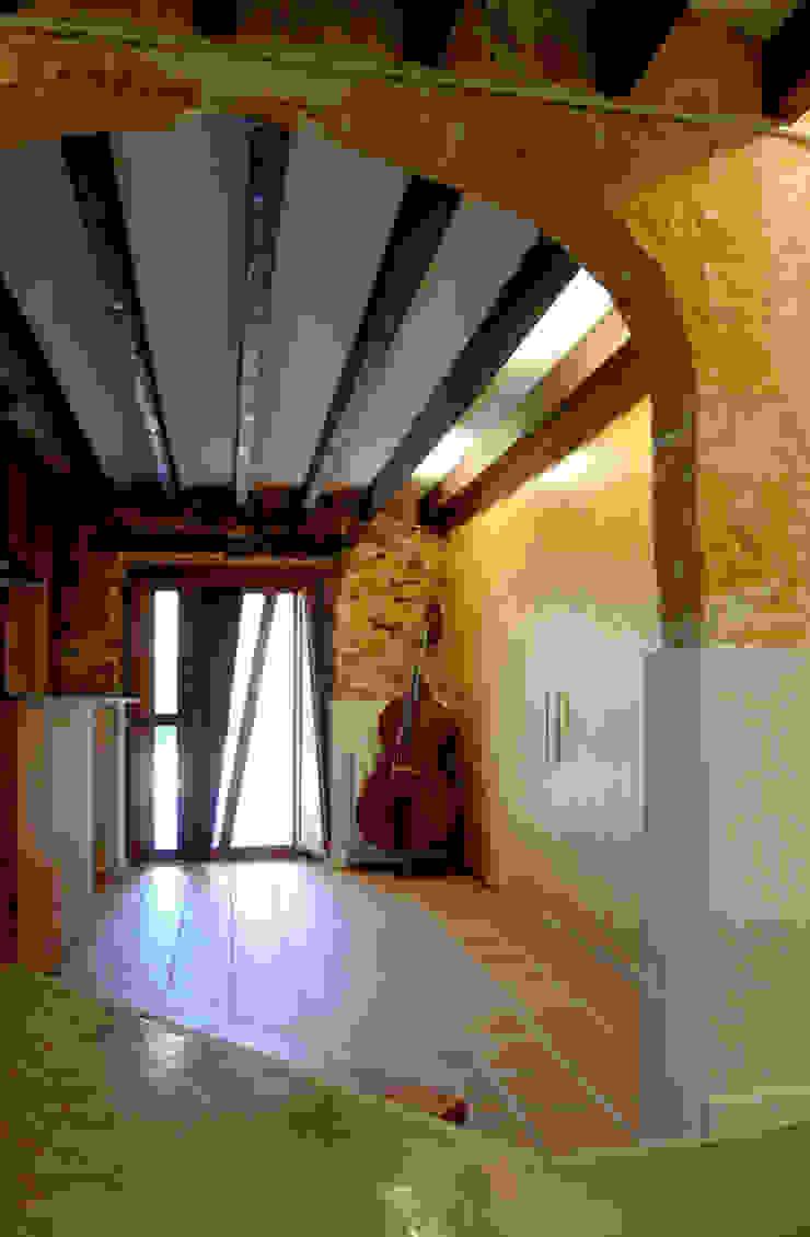 CASA CAN FOGARADA Pasillos, vestíbulos y escaleras de estilo rural de Miel Arquitectos Rural