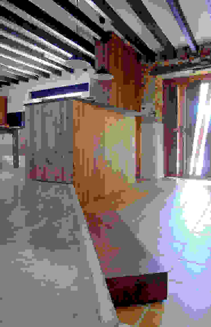 CASA CAN FOGARADA Paredes y suelos de estilo rural de Miel Arquitectos Rural