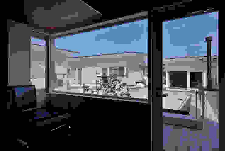 凹 [ou] モダンな 家 の 半谷彰英建築設計事務所/Akihide Hanya Architect & Associates モダン