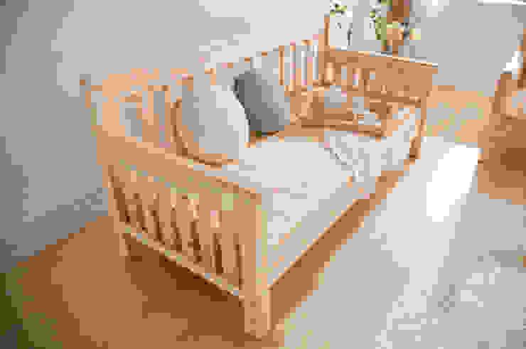삼나무 원목 침대형 쇼파: 심서방가구의  거실