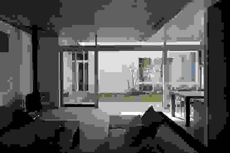 凹 [ou] モダンデザインの リビング の 半谷彰英建築設計事務所/Akihide Hanya Architect & Associates モダン タイル