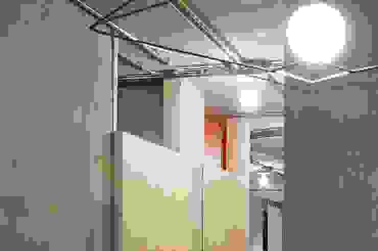 particolare porte ed impianto a vista Negozi & Locali commerciali in stile industrial di Andrea Stortoni Architetto Industrial