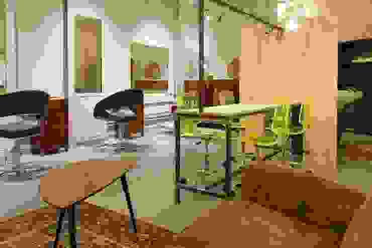 zona attesa Negozi & Locali commerciali in stile industrial di Andrea Stortoni Architetto Industrial