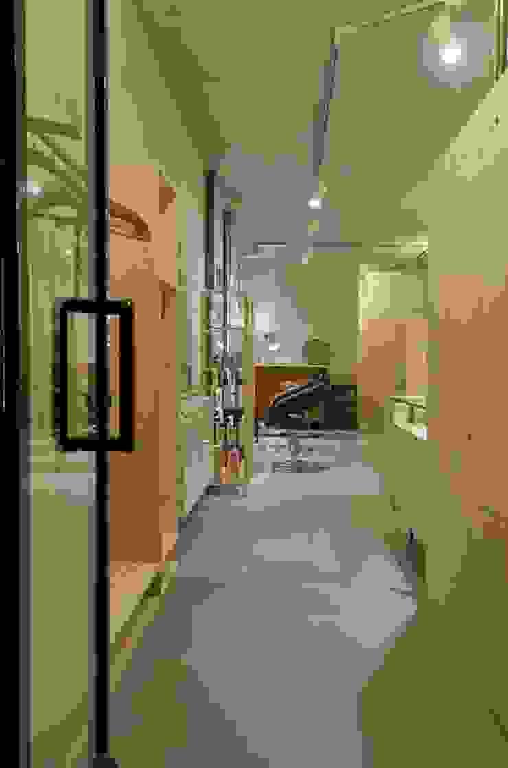 ingresso Negozi & Locali commerciali in stile industrial di Andrea Stortoni Architetto Industrial